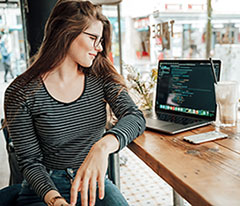 カフェで休憩中の女性プログラマー
