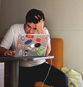 カフェで勉強中のWebエンジニア